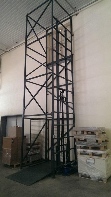 Грузовой гидравлический лифт