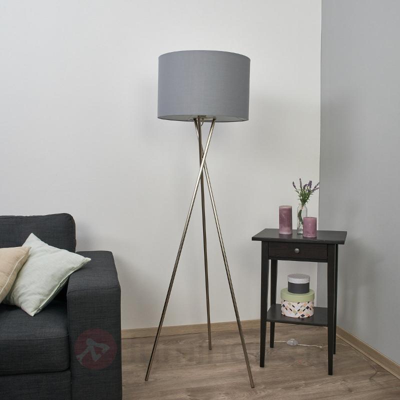 Lampadaire trois pieds Fiby avec abat-jour gris - Lampadaires en tissu