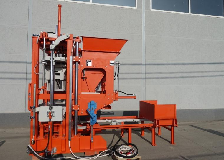 Stationary concrete block making machine SUMAB R-300.