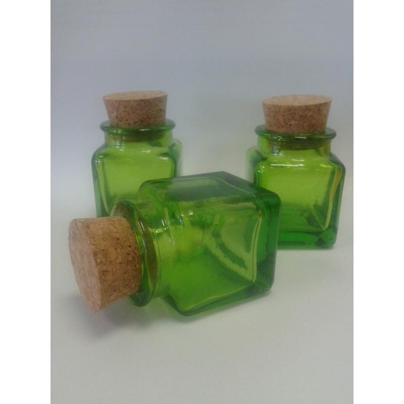 lot de 12 mini bocaux verts carr s 30 ml en verre 100 recycl bocaux en couleur mcm. Black Bedroom Furniture Sets. Home Design Ideas