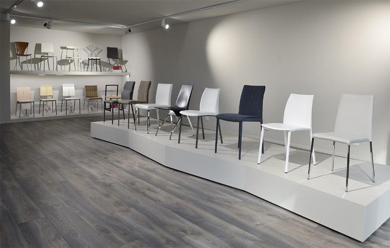 showroom con sedie in esposizione - Arredamento in metallo