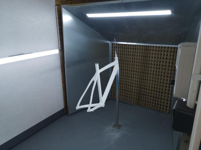 Une cabine adaptée à la peinture de cadres de vélos ou objet