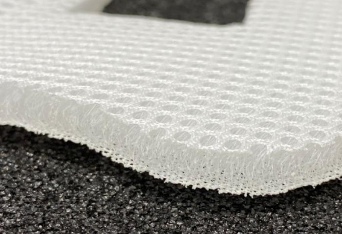 Cutting spacer fabrics without crushing