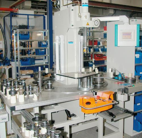 Assembly press with rotary table (outside)