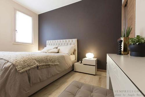 Camera da letto bilocale moderno con mobili su misura