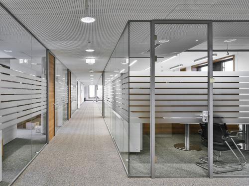 Glastrennwand und Trennwandsystem aus Glas – eine...
