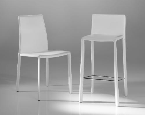 sedia e sgabello bianco