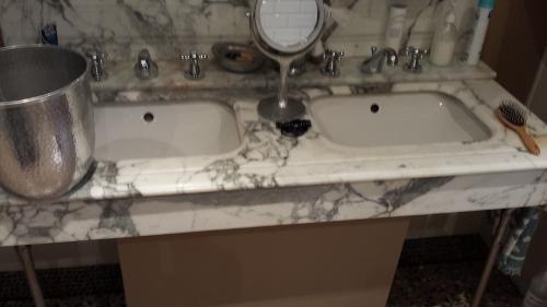 Douche et contour de baignoire en quartz