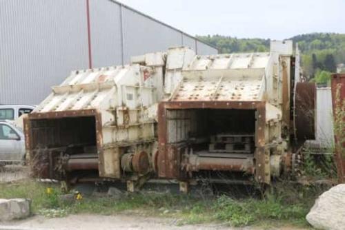Tunnelbauanlage mit diversen Maschinen und Geräten
