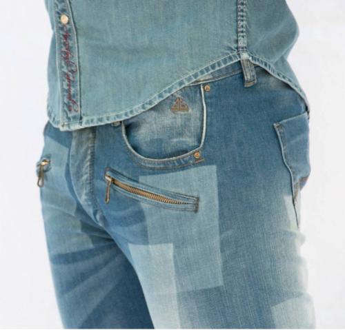 pantalon jeans son couture a coter ni en entre jambe