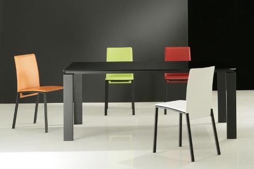 tavolo nero con sedie