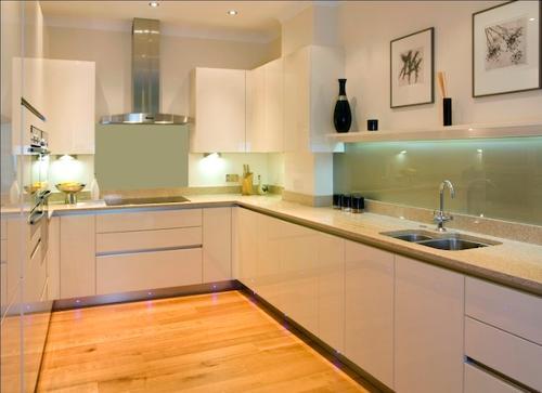 White gloss lacquered kitchen