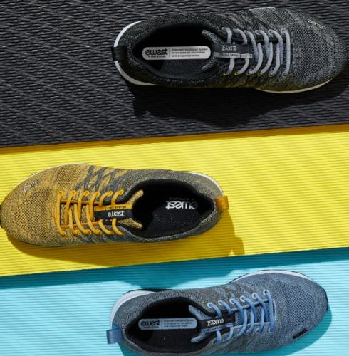 Walking shoes with natural ventilation system / Style name :