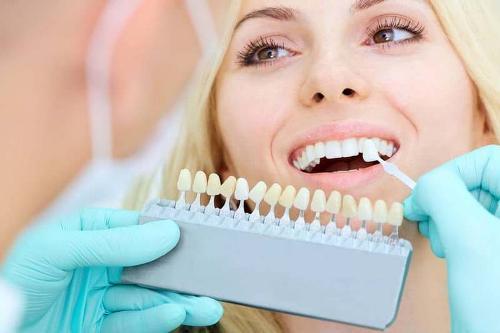 Implanty, licówki i protezy zębowe