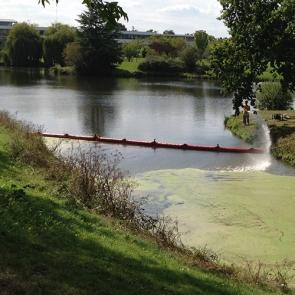 Barrage Pour Confiner Les Lentilles D'eau