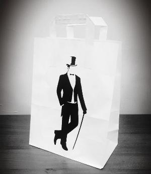 Бумажный подарочный пакет с плоскими ручками