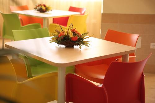 sedie e poltrone e tavoli