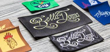 Etiquetas textiles profesionales con plegado