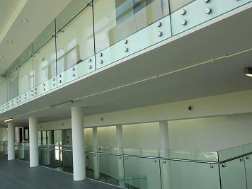 Balustrady ze szkła samonośne